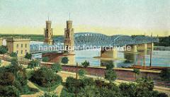 Historische Ansicht der Eisenbahnbrücke über die Weichsel bei Toruń - Backsteingebäude, gelbe Ziegel; Schiffe am Weichselufer.