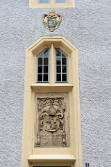 Wappen und Inschrift - Fassade auf dem Burgberg von Meißen.-