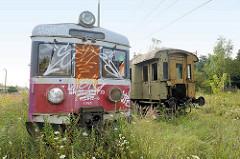 Alter elektrischer Triebwagen der PKP-Baureihe EN57 / Polnischen Staatsbahn - stillgelegte Bahnanlage.