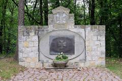 Altes Denkmal für die Gefallenen der Weltkriege in Belgern, mit einer Bronzeplatte - Den Toten zum Gedenken, den Lebenden zur Mahnung überdeckt.