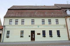 Museum der Schildbürger - Gneisenaumuseum; Marktstraße in Schildau. Wohnhaus in geschlossener Bebauung, erbaut um 1800.
