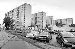 Hochhäuser, Plattenbauten und Parkplatz vor einem Supermarkt - Jeśmanowicza Leona in Toruń.
