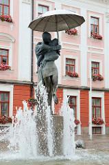 Brunnen Skulptur Küssende Studenten auf dem Rathausplatz in Tartu - aufgestellt 1998, Künstler Mati Karmin und Tiit Trummali .