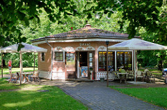 Holzrotunde - Cafe im Toomemäe Park von Tartu.