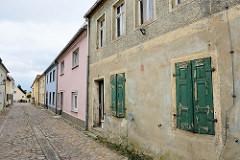 Historische Wohnhäuser in der Mühlenstraße von Belgern - Kopfsteinpflaster.