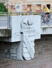 Altstadtbrücke Meißen - in den Neubau von 2000 wurde Wappen und Jahreszahl 1933 / 1934 der Vorgängerbrücke eingefügt.