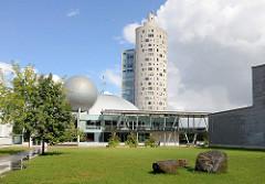 Blick zum Wissenschaftszentrum AHHAA in Tartu - Architekten Vilen Künnapu und Ain Padrik; im Hintergrund das Hochhaus Tigutorn..