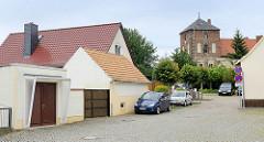 Wohnhäuser, Schuppen - Garage an der Mühlenstraße in Belgern - im Hintergrund der Turm vom ehem. Klosterhof.