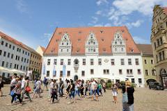 Historische Altstadt von Meißen - Marktplatz, Touristenführung; Blick auf das Rathaus der Stadt - fertiggestellt 1486, Baustil der Spätgotik.
