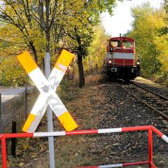 Güterzug / Lokomotive an einem Bahnübergang in Hamburg Billbrook, Andreaskreuz.
