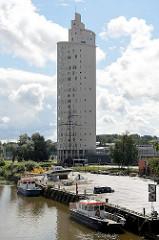 Arbeitsboote am Ufer des Emajõgi in Tartu - Hochhaus Tigutorn, 23 Stockwerke - Entwurf  Vilen Künnapu und Ain Padrik.