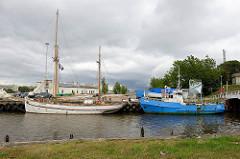 Hafen von Pärnu - Fischkutter und historische Segelschiff JENNY KRUSE, gebaut 1940; jetzt Freizeitschiff mit Tabak und Alkoholverbot.