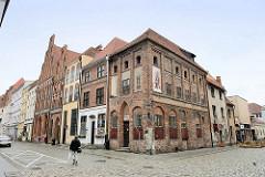 Gotische Mietshäuser  / Wohnhäuser in der Strasse Kopernika in Toruń; Eckgebäude jetzt Nutzung als Galerie.