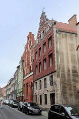 Historische Wohnhäuser - Geschäftshaus in der Ulica Rabiańska von Toruń. Gotische Architektur mit Treppengiebel - Mietshäuser.