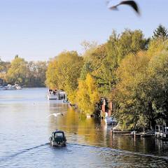 Herbst an der Bille, Blick von der Blauen Brücke auf den Hamburger Fluss; Bootsliegeplätze von Schrebergärten am Billeufer.