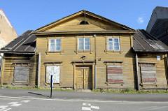 Leerstehendes Holzgebäude, mit Brettern vernagelte Fenster - Architektur, Wohnhaus in der Straße Roosi / Tartu.