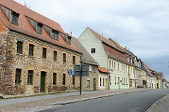 Bruchsteingebäude - Wohnhaus in der Marktstraße von Schildau, erbaut um 1830. Wohnhäuser mit Mansarddach - geschlossene Wohnbebauung.