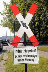Straßenschild Andreaskreuz - schriftliche Erläuterung Industriegebiet Schienenfahrzeuge haben Vorrang in Hamburg Billbrook.