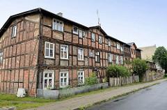 Altes Fachwerkgebäude mit Ziegelfüllung / mehrstöckiges Wohnhaus mit Dachausbau in der Straße Piaskowa von Torun.
