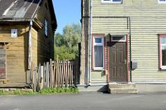 Holzfassade, Zaun und Eingangstür in der Straße Roosi in Tartu.
