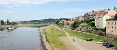 Lauf der Elbe bei Meißen; Fernradweg / Radwanderweg entlang der Elbe; Wohnhäuser an der Hafenstraße.