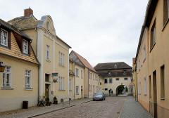 Blick durch die Oschatzer Straße zum Oschatzer Tor in Belgern, Stadttor der ehem. Stadtbefestigung, heute Heimatmuseum. Lks. der Kindergarten Anne Frank.