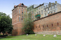 Historische Stadtmauer und Klostertor oder Heilig-Geist- Tor / Frauentor in Toruń; Architektur flämische Gotik - Teil der mittelalterlichen Befestigungsanlage der Stadt.