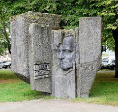 Denkmal für August Jakobson - estnischer Schriftsteller und Kommunist - geb. 1904 in Pärnu, gest. 1963 in Tallinn.