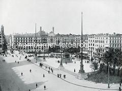 Denkmal Kaiser Wilhelm II. auf dem Hamburger Rathausplatz, Grundsteinlegung 1902; 1930 wurde das Denkmal entfernt und in den Wallanlagen / Ziviljustizgebäude aufgestellt. Im Hintergrund die Kleine Alster und die Alsterarkaden.
