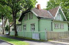 Holzhaus mit mintgrüner Fassade, Holzzaun - Kurgebiet von Pärnu.