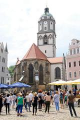 Touristenführung auf dem Markt von Meißen - Blick zur Frauenkirche; erbaut um 1520.
