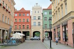Cäsarbogen in Toruń; Mietshaus aus der ersten Hälfte des 18. Jahrhunderts - Durchbruch 1911, Architekt Carl Cäsar. Durch die Nachbarhäuser wurde 1936 Durchfahrten errichtet.