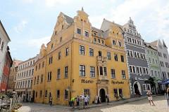 Historische Altstadt von Meißen - Marktplatz der Stadt; lks. die Marktapotheke, erbaut um 1555 - Renaissance Baustil; daneben ein Renaissance-Wohnhaus von 1548.