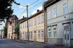 Holzhäuser, Häuserzeile in der Straße Tähe in Tartu - einstöckige Wohnhäuser, Villa mit Erkerturm.