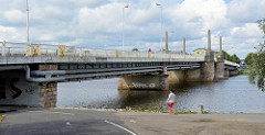 Brücke über den Fluss Pärnu / Pärnu jõgi in der Stadt Pärnu, Estland - Tallinner Straße.