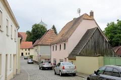 Historische Wohnhäuser mit Spitzdachschuppen / Holgiebel; Blick durch die Beethovenstraße zur St. Marienkirche in Schildau.
