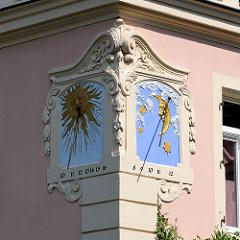 Eck-Sonnenuhr; Darstellung goldene Sonne / Mond; Haus Rote Presse im Spaargebirge an der Elbe bei Meißen