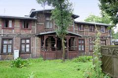 Wohnhaus in Fachwerkkonstruktion - Eingang, Windfang mit Holzverkleidung, Schnitzereien - Architekturbilder aus Toruń.