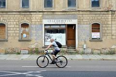 Leerstehendes Geschäft mit vernagelten Fenstern - Talstraße in Meißen; Fassadenaufschrift Herren und Damen Frisir Salon; VEB Lehrmittel Meissen.