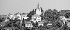 Schwarz-Weiß Aufnahme vom Meißener Ortsteil Zschella mit der Trinitatiskirche