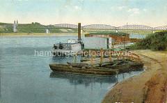 Altes Foto von der Weichsel bei Thorn - auf Ruderbooten schwimmende Wasserbrücke - Arbeitsboote am Weichselufer - im Hntergrund die Eisenbahnbrücke über den Fluss.