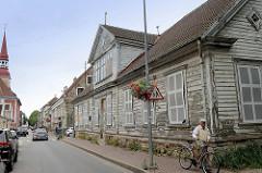 Innenstadt / Altstadt von Pärnu - typische Holzarchitketur mit abblätternde Fassadenfarbe; leerstehendes Gebäude mit Fensterimitaten; Kuninga - Pärnu.