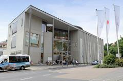 Moderner Neubau - Eingang zur Schauwerkstatt, Museum, Café der Porzellanmanufaktur Meissen in Meißen.