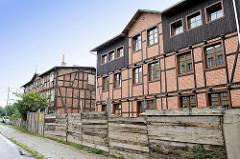 Restauriertes / neuerrichtetes Fachwerkgebäude, Wohnhaus - symmetrisch zum alten Nebengebäude;  Straße Piaskowa, Toruń.