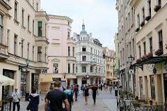 Fussgänger*innenzone Szeroka in Toruń  - Wohnhäuser / Geschäfte.