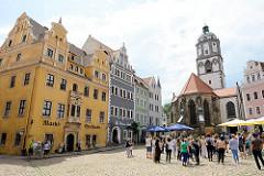Historische Altstadt von Meißen - Marktplatz der Stadt; lks. die Marktapotheke, erbaut um 1555 - Renaissance Baustil; daneben ein Renaissance-Wohnhaus von 1548 - Frauenkirche von1520.