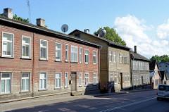 Häuserzeile, Straßenbebauung - Holzhäuser;  Architektur im Baltikum; Tartu - Straße Narva maantee