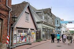 Fussgängerzone, Geschäftsstrasse Rüütli in Pärnu - unterschiedliche Architekturformen nebeneinander.