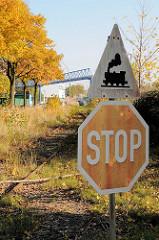 Stop Verkehrsschild - Achtung Eisenbahn, stillgelegte Gleisanlage / Eisenbahnschienen in der Borsigstraße im Hamburger Stadtteil Billbrook.