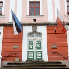 Eingangstür vom Rathaus in Tartu - Flaggen von Estland und der Stadt.